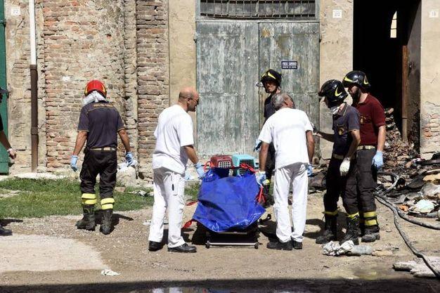 Il recupero di una delle salme dalla casa incendiata (Foto Businesspress)