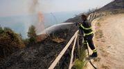 I pompieri disposti in prima linea  respingevano il fuoco in basso sulla falesia (Fotoprint)