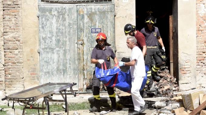 L'abitazione dei Bartolucci: i necrofori portano via le vittime