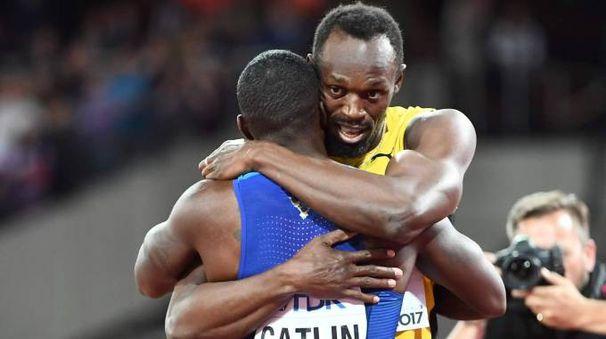 Usain Bolt abbraccia il vincitore dei 100 metri Justin Gatlin (Afp)