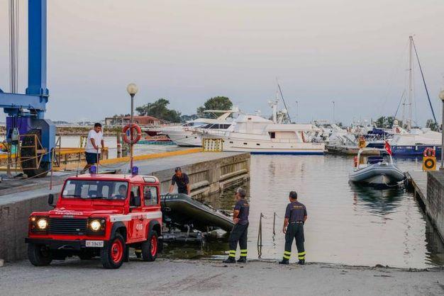 La capitaneria di porto è arrivata sul luogo della tragedia con un'imbarcazione. Si sono subito dati da fare, in attesa di rinforzi (Foto Donzelli)