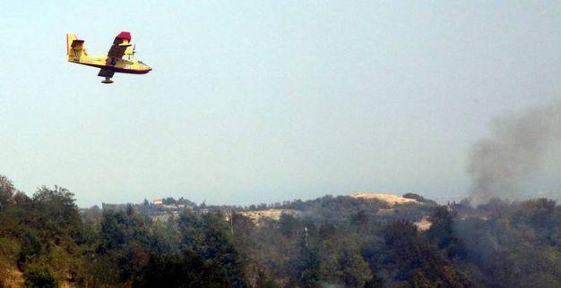 Un velivolo dei vigili del fuoco sui luoghi dell'incendio  (foto Ravaglia)