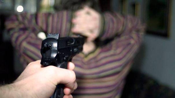I tre malviventi hanno fatto irruzione in casa armati di pistola (Foto d'archivio Germogli)