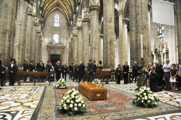 La salma dell'arcivescovo, morto sabato mattina all'età di 83 anni nella casa di spiritualità Villa Sacro Cuore di Triuggio (MB), dove si era ritirato nel settembre 2011 al termine del suo ministero, è stata accolta dall'Arciprete Gianantonio Borgonovo e dai canonici della cattedrale (Newpress)