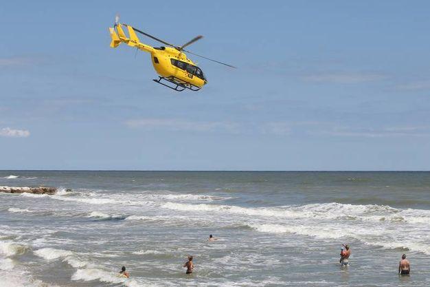 Le due turiste erano in acqua nonostante il mare grosso (foto Zani)