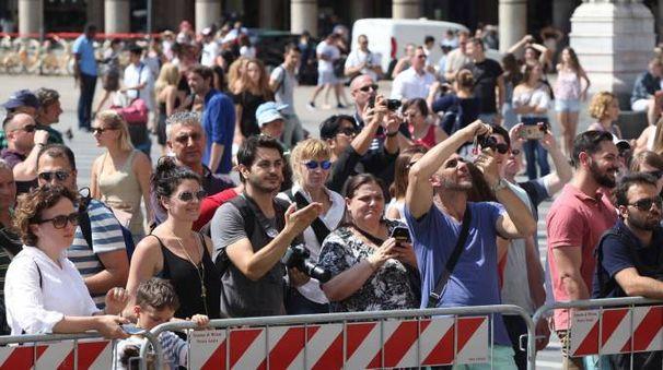 Cittadini e qualche turista per l'addio al cardinale