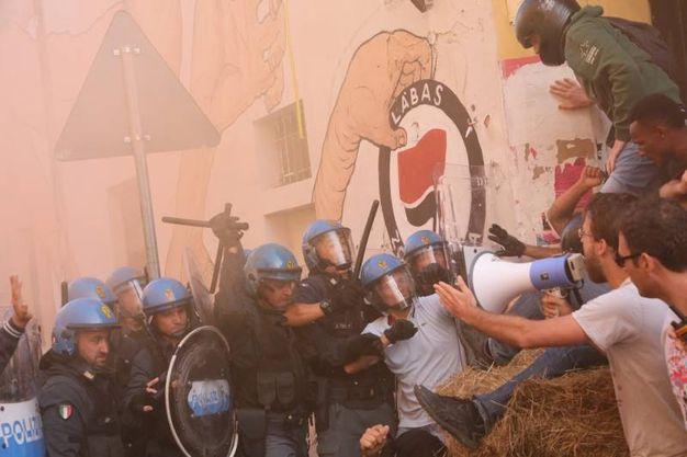 Tensione in via Orfeo per lo sgombero di Labas (foto Schicchi)