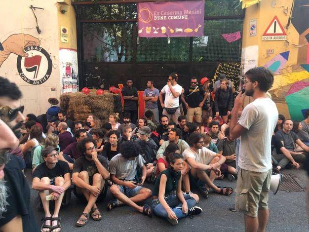Inizialmente una trentina di attivisti seduta in terra, davanti al cancello d'accesso dell'ex caserma Masini (foto Schicchi)