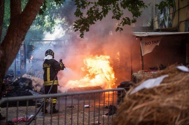 I vigili del fuoco hanno spento i roghi appiccati per protesta (Schicchi)