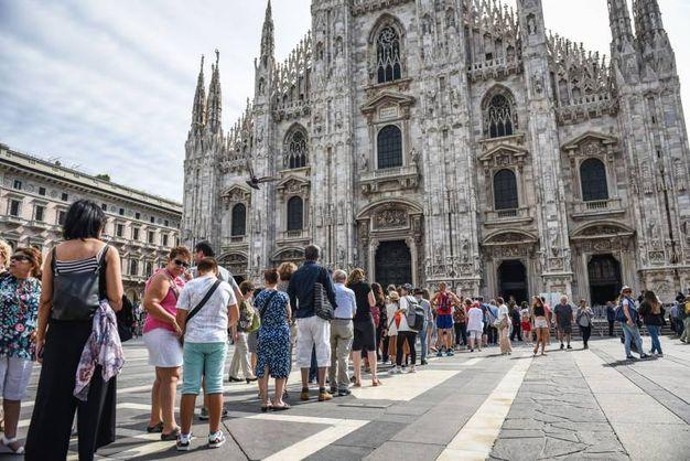 La folla in piazza Duomo per i funerali di Dionigi Tettamanzi (LaPresse)