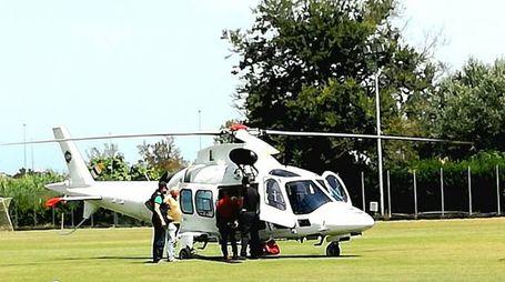 L'elicottero al campo sportivo pronto a caricare il ragazzino (foto Zeppilli)
