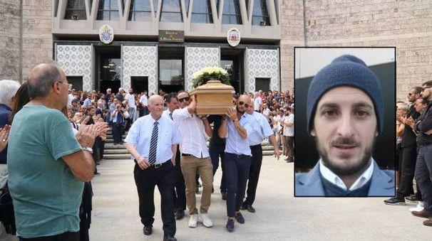 I funerali e, nel riquadro, Roberto Fera
