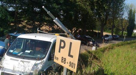 Le immagini del passaggio a livello distrutto nei pressi della stazione di Fratta Polesine (Foto Di Santo)
