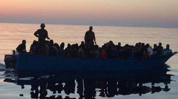 Migranti a bordo di un'imbarcazione (Ansa)