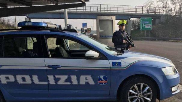 Sopra, gli attrezzi del mestiere L'uomo, 23 anni,  preso dalla polizia