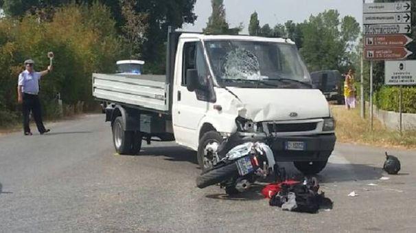 Monte Porzio, incidente tra una moto e un autocarro: ferito il centauro