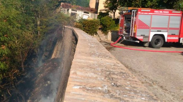 L'incendio è scoppiato intorno alle 6,40 svegliando gli abitanti del centro storico (Foto Cruciani)
