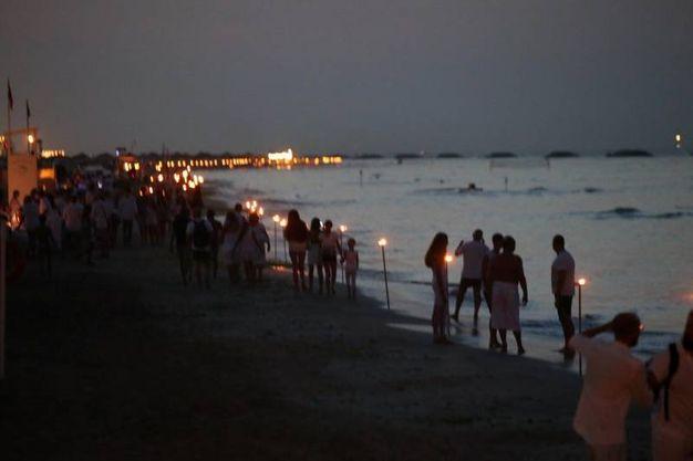 Ventimila candele sono state disposte su sette chilometri di spiaggia e sull'acqua (Fotoprint)