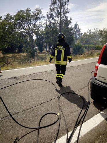 L'incendio nei pressi di Montecarlo (Lucca)