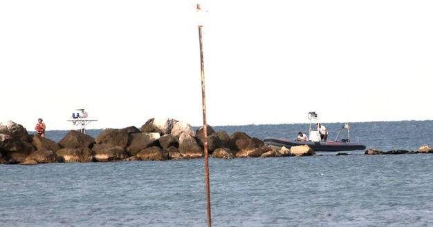Le ricerche della guardia costiera e dei vigili del fuoco (foto Ravaglia)