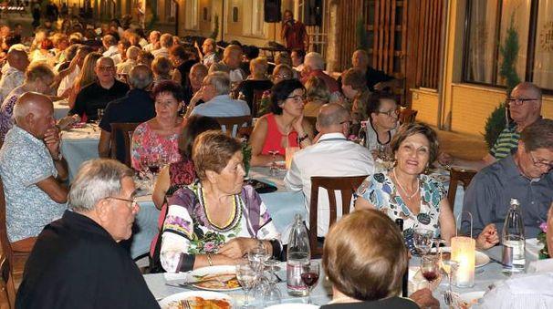 La tradizionale cena sotto le stelle, nata nel 1983, torna a riunire tutti i turisti presenti in città Foto Goiorani