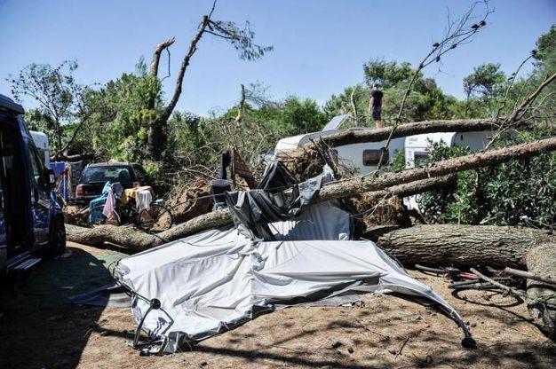 Alcune strutture danneggiate all'interno del camping Mediterraneo di Cavallino-Treporti, colpito dal nubifragio che si è abbattuto sul litorale veneto nel pomeriggio di ieri (Ansa)