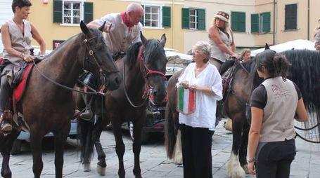 Il sindaco di Pontremoli Lucia Baracchini saluta i quattordici Cavalieri in piazza della Repubblica