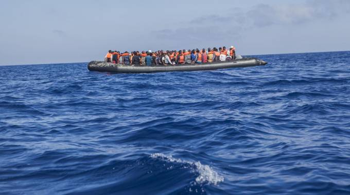 Migranti in mare (Ansa)