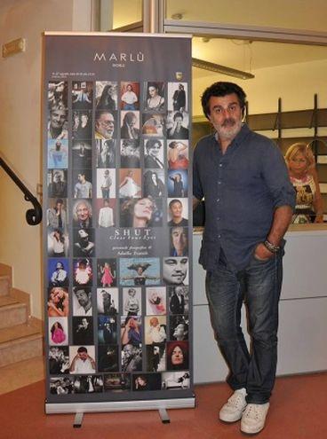 Adolfo Franzò con il manifesto della mostra (Foto Concolino)