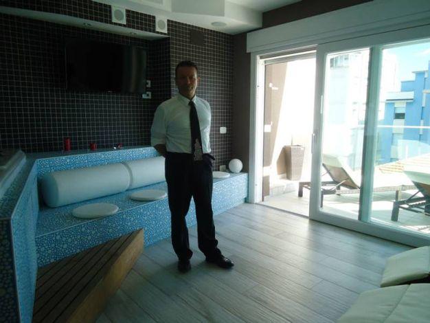 Moreno Ragnetti mostra la spa dell'hotel