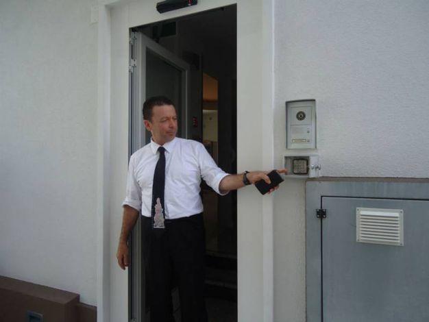 Il titolare mostra l'ingresso secondario per il rientro notturno tramite codice