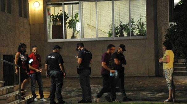 Il sopralluogo della polizia davanti allo studio di Paola Marioni (Newpress)