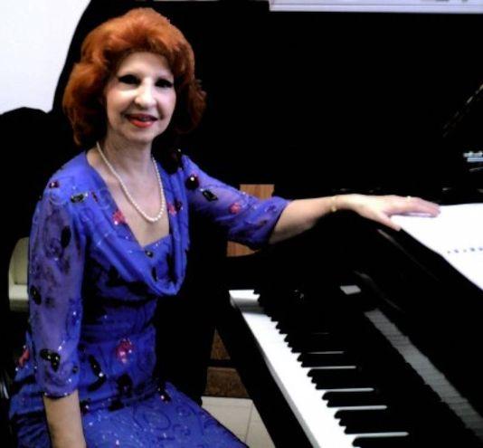 10) Rina Cellini al pianoforte a Marfisa d'Este