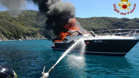 Motoscafo a fuoco nel golfo del Viticcio
