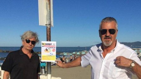 Mauro Rivieri e Stefano Benedetti davanti alla spiaggia
