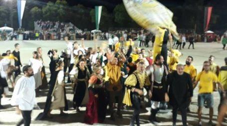 Festeggiamenti sfrenati dei tifosi e della contrada (Pettinari)