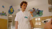 Un'infermiera mentre presta assistenza a un bambino ricoverato in Pediatria (foto di repertorio)