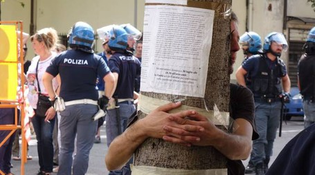Taglio degli alberi in viale Corsica, una ventina in strada contro l'intervento