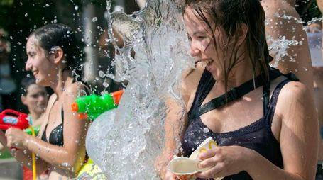 Previsioni meteo, giochi d'acqua per combattere il caldo (Lapresse)