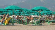 La spiaggia di Cinquale: molti sceglieranno di assistere ai fuochi d'artificio da qui