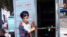 Il sindaco Paola Sisti e la cabina telefonica