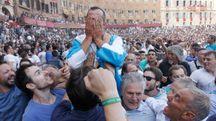 Brigante si copre il volto: la gioia è enorme (foto Paolo Lazzeroni)