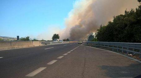 L'incendio ripreso dalla carreggiata sud