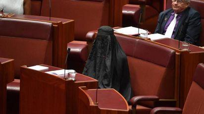Australia, la leader di destra entra col burqa in Parlamento