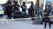 La polizia sulle Ramblas dopo l'attentato (foto Afp photo)
