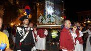 L'immagine miracolosa viene trasportata per le vie del borgo (foto Frascatore)