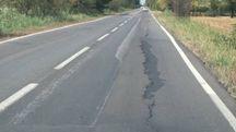 Il caldo ha provocato diverse crepe sull'asfalto e creato degli avvallamenti