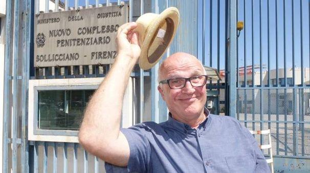 Paolo Hendel all'uscita del carcere di Sollicciano (Luca Moggi/New Press Photo)