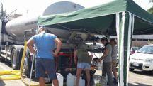 Un'autobotte di Hera rifornisce i cittadini