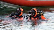 I sommozzatori del vigili del fuoco in acqua per il recupero del corpo